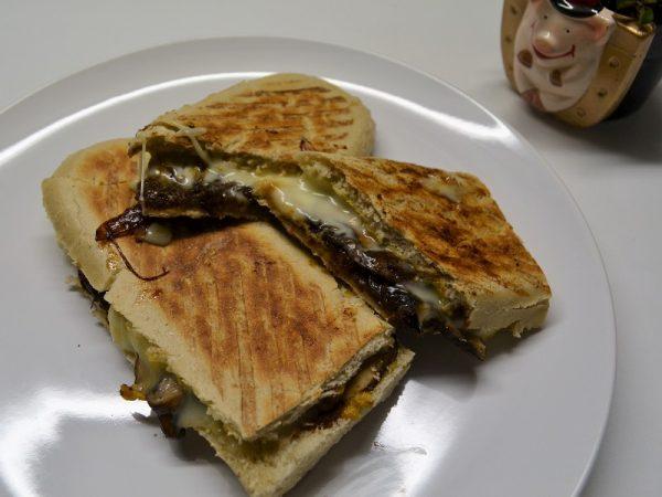 Panini mit Raclettekäse und karamellisierten Zwiebeln
